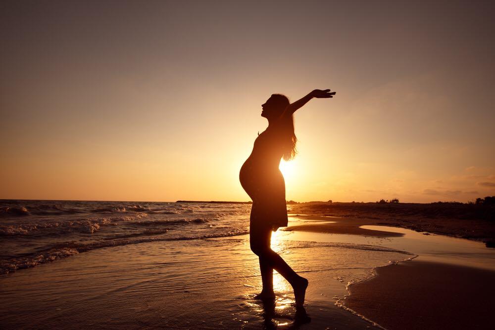 Tehotná mamička na pláži